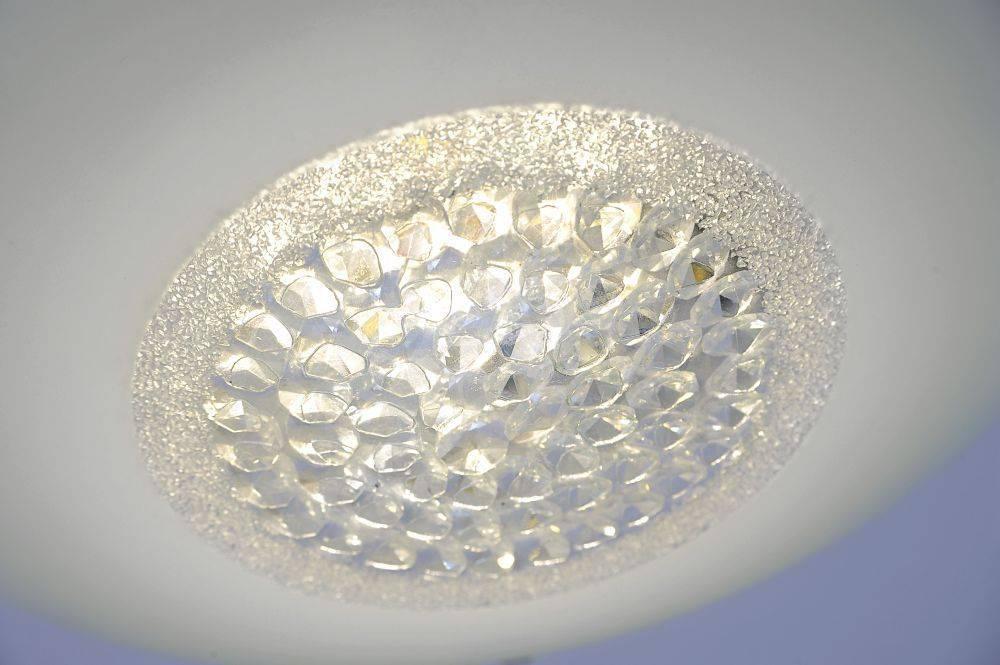 LED-Deckenleuchte aus satinierten Glas mit Kristalleinsatz