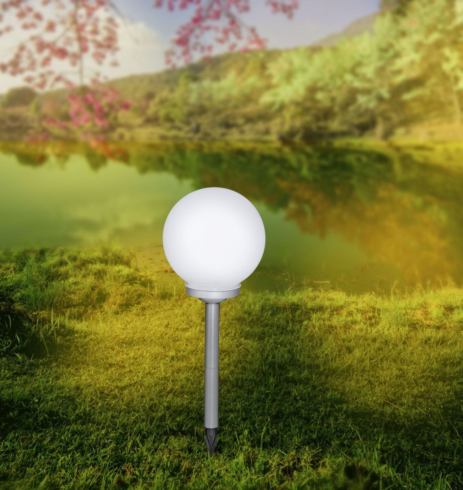 LED-Kugelleuchte in weiß mit Solar-Erdspieß und 2 Leuchtmitteln mit IP44