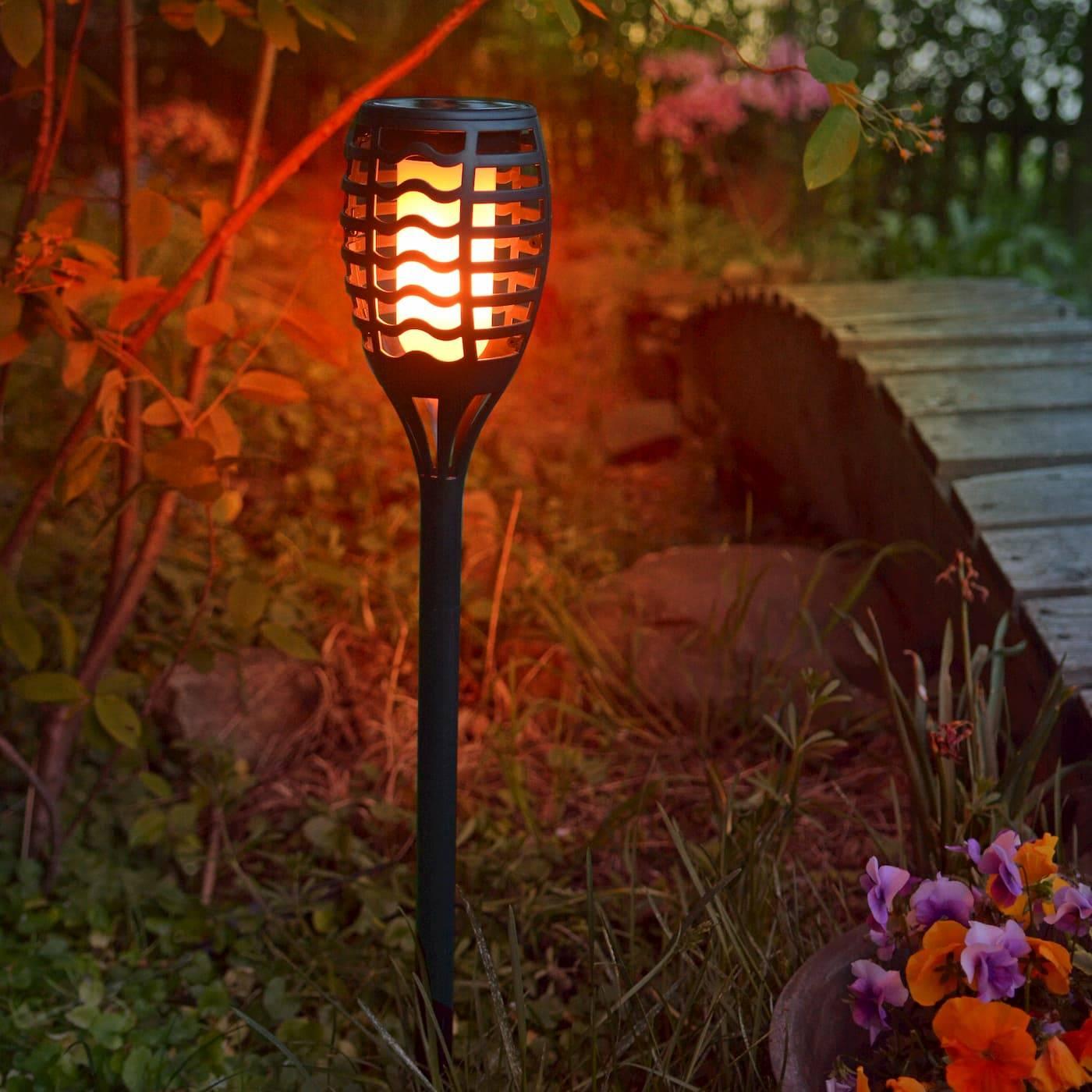 LED-Solar-Gartenfackel in schwarz mit Flammen-Effekt und warmweißer Lichtfarbe