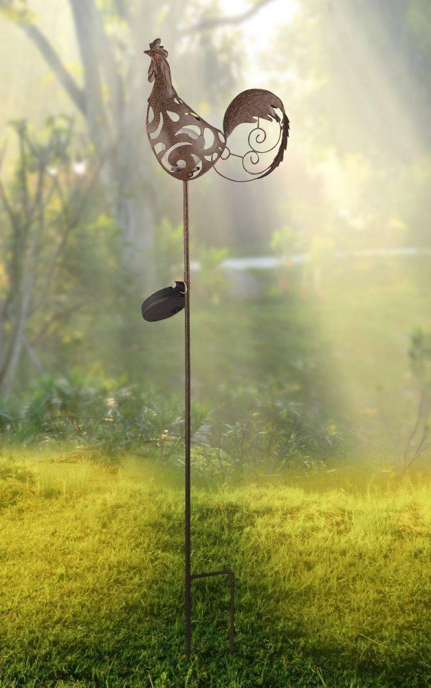 Solarleuchte in rostfarben mit Hahn-Motiv inkl. Solarzylinder und Erdspieß ist spritzwassergeschützt