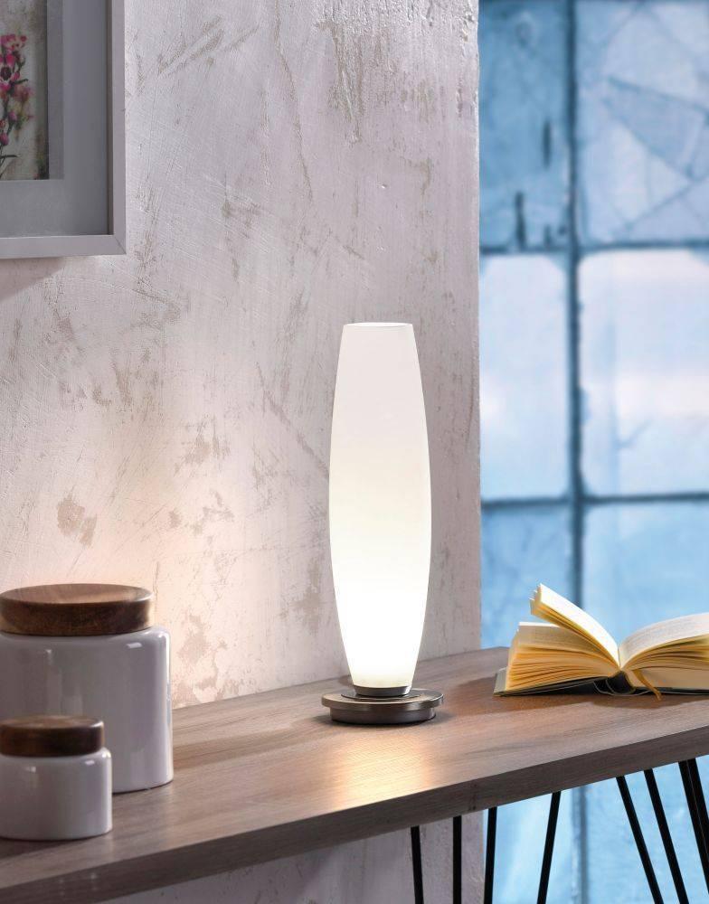 LED Tischleuchte aus Opalglas im schlichten Design mit silberfarbenen Füßen