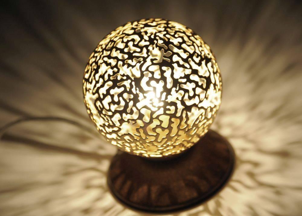 Tischleuchte in braun-gold mit runder Leuchtkugel mit lichtdurchlässigen Muster für G9 Leuchtmittel