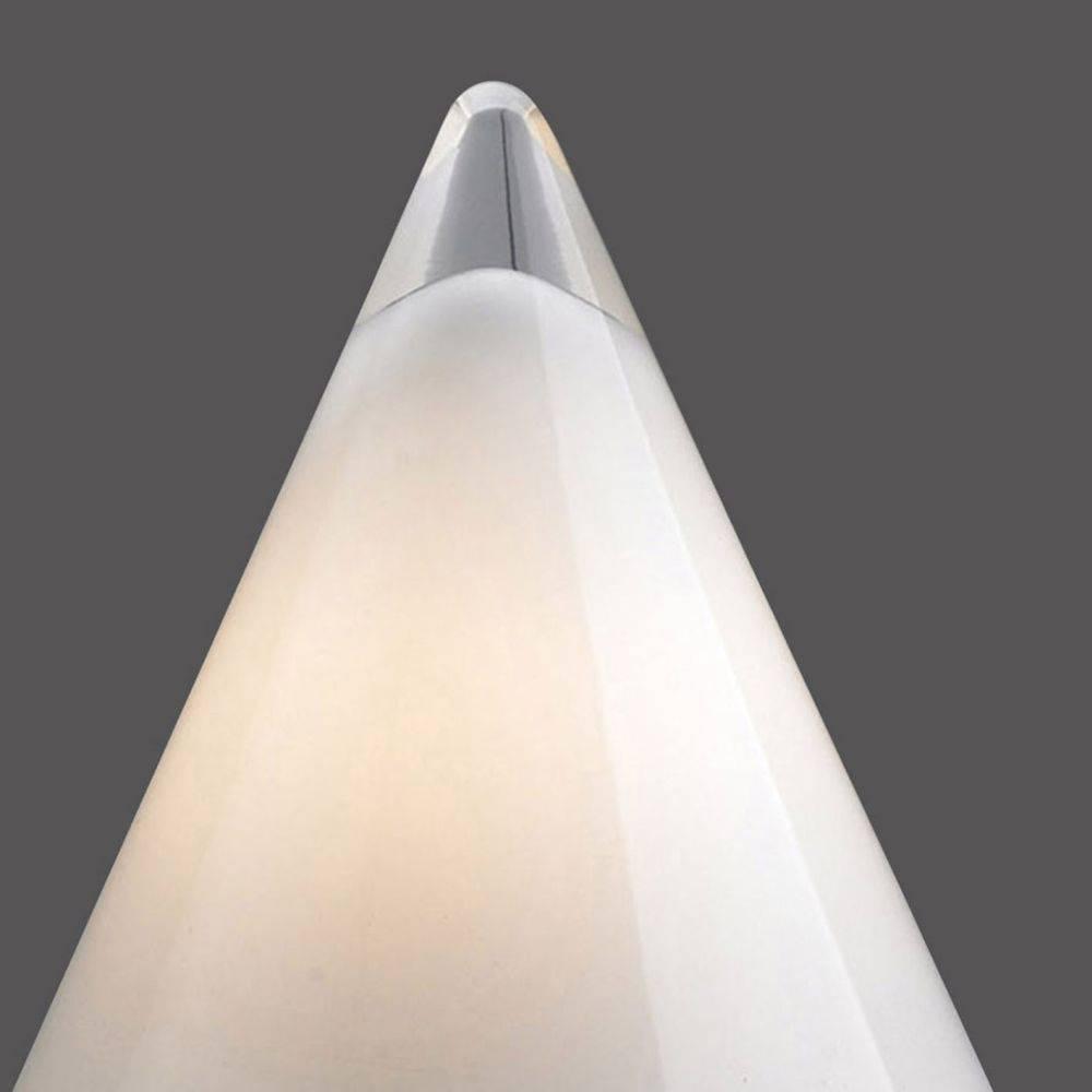 Tischleuchte als Glaspyramide mit abgerundetem Kegel im futuristischem Design