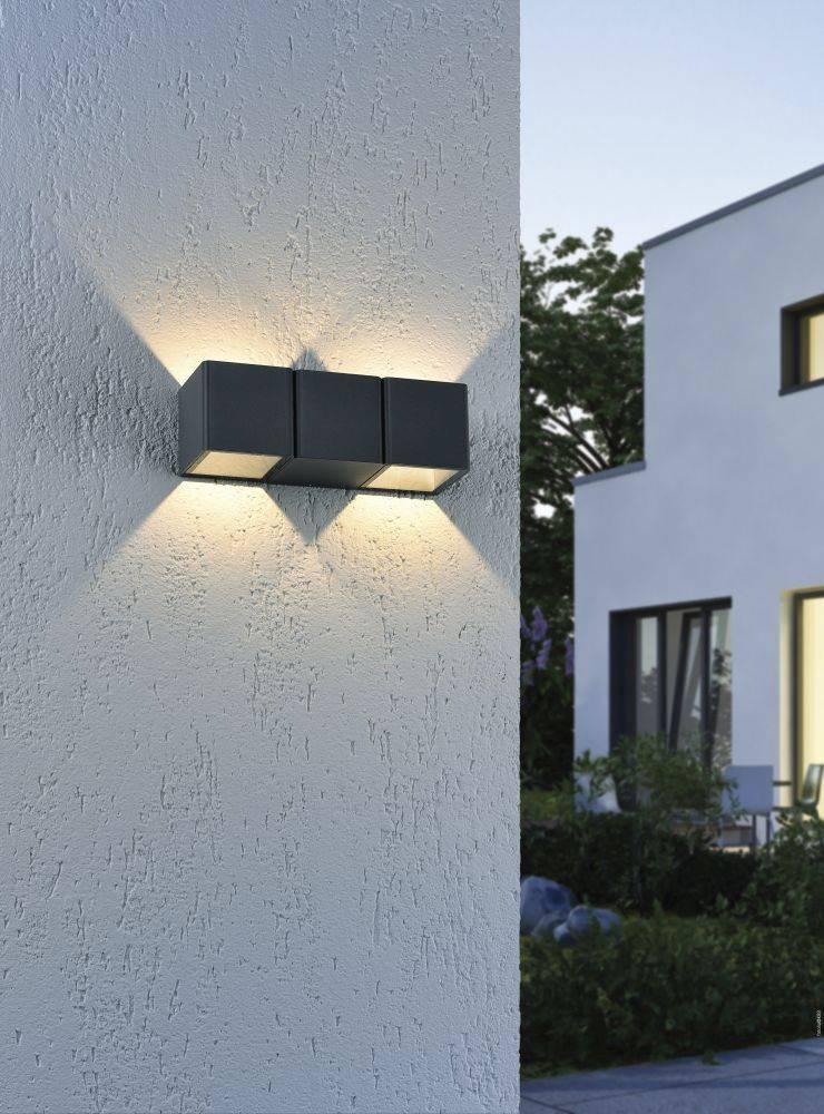 LED-Außenwandleuchte in anthrazit mit warmweißen strahlenden Spots ist spritzwassergeschützt