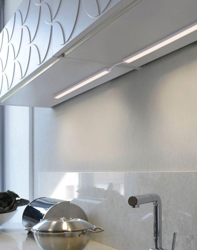 LED Unterbauleuchte in silber und flachen Design mit Dimmfunktion ist energiesparend