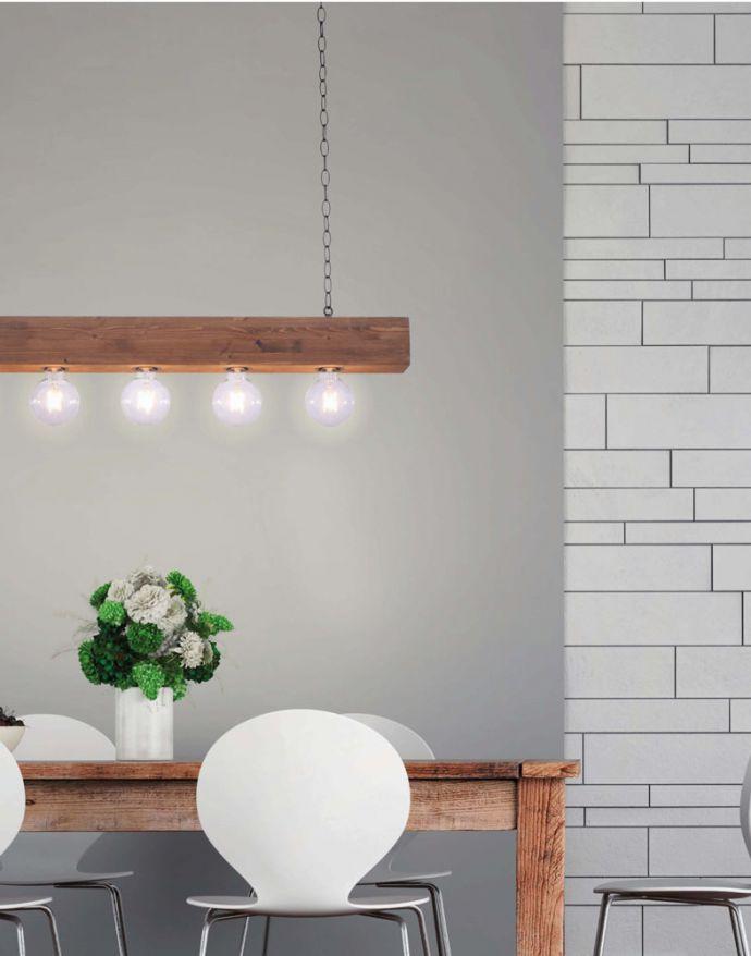Pendelleuchte, 5-Flammig, Holzbalken, schwarze Metallketten, rustikales Design