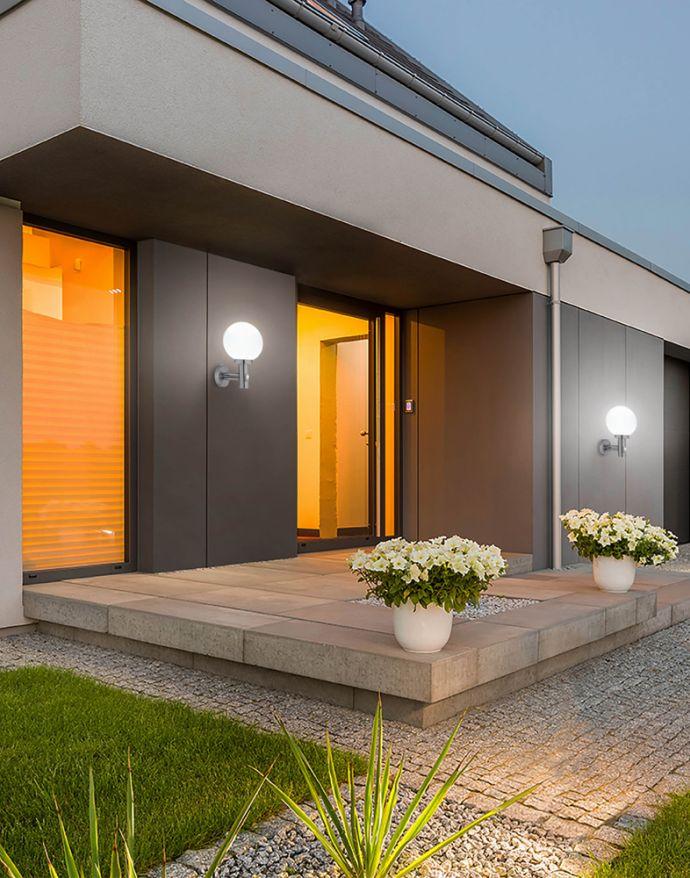 Wandleuchte in Edelstahl, Bewegungsmelder, IP44, spritzwassergeschützt, weißes Opalglas